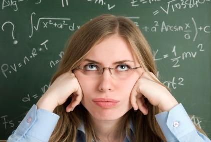 Studentka przy tablicy z matematycznymi wzorami