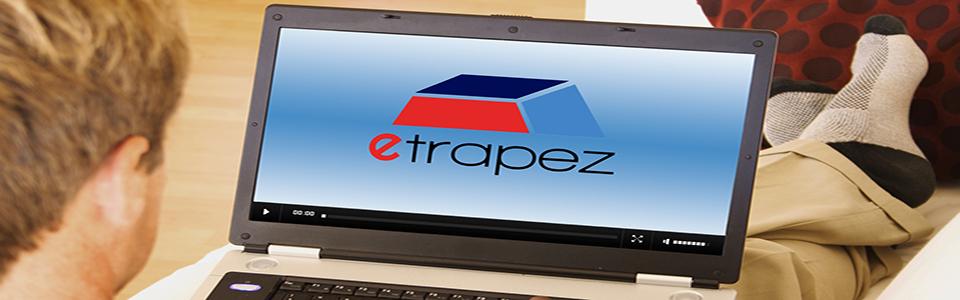 Zdjęcia studenta z laptopem i Kursem eTrapez na ekranie